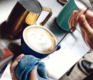 「鬼臉」咖啡——文漢很享受拉花的樂趣,除了常見的心形、葉片圖案外,有時會貪玩地拉出一個鬼臉。(圖:劉焌陶)
