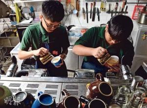 變化多端——拉花包含了不少技巧,不同冲調手法、打奶泡的角度,都會影響最終成品。正是咖啡的變化多端,令文漢和阿軒深感興趣。(圖:劉焌陶)