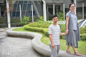 湊仔爸阿樂(左)自小遭母親嚴格控制學習生活,返工媽Cindy(右)則在自由探索中成長,兩人取用不同路徑向同一方向走,意識到當中的差異,令他們今日選擇讓孩子自由發展,第一步是滿足其好奇心。(黃志東攝)