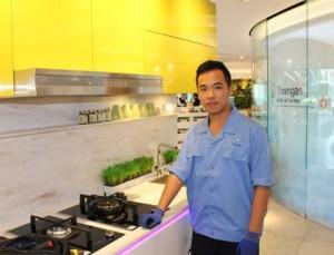阿霖透過中華煤氣工程學院學徒訓練計劃成為維修技術員,為各項爐具進行檢查及維修。