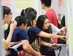 西九龍中心昨天舉行青年就業招聘日,由勞工處展翅青見計劃及新界社團聯會再培訓中心合辦,40名僱主提供約4000個職位空缺,大會表示有700人即場獲取錄。(李紹昌攝)