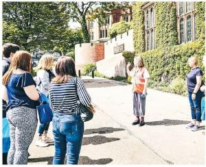英國大學的申請入學者減少,院校用不同方法爭取收生。圖為謝菲爾德大學安排學生參觀校園各種設施。(網上圖片)