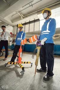 煤氣公司早前自行研發機械臂,可把油壓炮或風炮升高,將其重量分散,工人提舉風炮時便能節省氣力,減低肌肉勞損的風險。(郭慶輝攝)