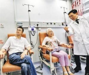 伊利沙伯醫院抗生素注射治療中心於2017/18年度增加人手支援,預料每年可服務約3500人次,相等於近10張病牀全年服務容量。曾接受中心服務的黎先生(左一)和王女士(右二)均認為,不用住院自由度較大。(李紹昌攝)