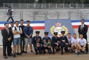 阿坤自SBI紀律部隊毅進課程畢業後,目前已經成為全職警員。兼職講師林景江(右一)及教學組高級講師柯世揚(左一)當時也有出席他的警校畢業禮。(圖片由受訪者提供)