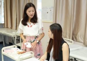 導師會先示範及講解使用美容工具的過程,然後由學生實習。