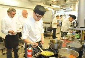 旅遊學院的廚藝課程同時注重理論與實踐,Bryan因此學會不少基 本廚藝知識和烹飪技巧。(圖片由受訪者提供)