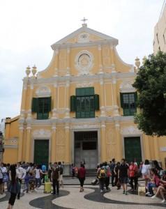 澳門以歷史建築聞名,保留了大量殖民時期的西式建築。圖為有400多年歷史、收藏達300多件天主教文物的玫瑰堂。