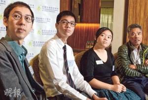 香港資優教育學苑定期舉行奧林匹克選拔,選出100名學生重點訓練,中途不斷淘汰,最後階段通過測試的便能代表香港出賽,當中包括早前參賽並獲獎的黃子峯(左二)和郭敏怡(右二)。兩人身旁為擔任導師的科大化學系講師陳鈞傑(左一),以及國際數學奧林匹克香港委員會副主席梁達榮(右一)。(劉俊陶攝)