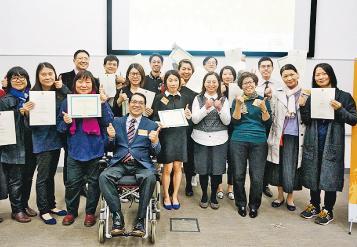 獲手語教學證書 13聾人成教師