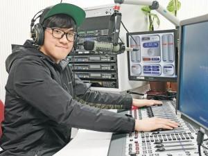 電台製作助理 Emmuel 仍記得早前臨時上陣,首次開咪的難忘經驗。