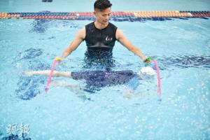 教SEN孩子學游水,使用的輔助工具特別多,其中一個做法是叫孩子穿過兩個呼拉圈,練習在水中前進之餘,他們又覺得好玩。