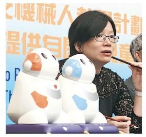 香港中文大學教育心理學系副教授蘇詠芝設計機械人話劇,故事涉及多個日常生活場景,如坐巴士、上學等,助自閉症兒童學習社交技巧。(中大提供)