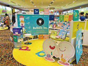 魏寶婷努力推廣Bulbble Inc.,期待有天小燈泡可成為香港卡通的代表。圖為Bulbble Inc. 參與「香港國際授權展2019」的情况。
