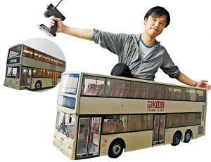 模型收藏當中最珍貴的,要數到Dennis特別訂製、約長80厘米的遙控巴士(右圖),「它不但有轉路線功能,還可以亮起車頭燈和內裏的燈,全是人手製造」。而249M(左圖)是他駕駛此型號巴士的首條路線。(劉焌陶攝)