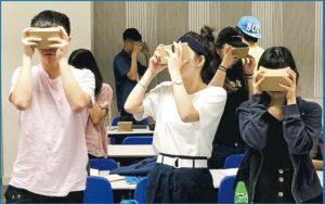 酒店及可持續旅遊管理的學生不一定要「坐定定」聽書,不少科目以活動教學形式上課,如圖中學生正用VR眼鏡學習。(受訪者提供)