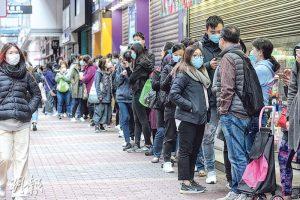 過去兩月,但凡出售口罩之處都出現人龍。魏戎鈞記得街上仍然無人戴口罩時,「店內一周已出售幾千盒口罩」。圖為1月底教協旺角總部外逾百人排隊等候開門買口罩的情况。