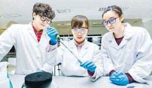 教育局推出應用學位課程先導計劃,邀請SSSDP下提供自資學士學位課程最少3年經驗的院校參加。香港公開大學是符合資格的院校之一,圖為公大學生於實驗室學習。(公大提供)